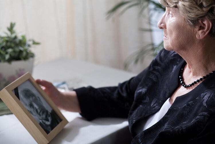 Исследования показали, что одинокие женщины в старости здоровее и счастливее замужних