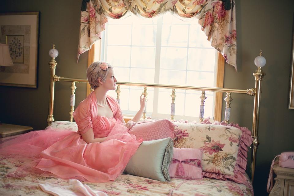 Какие аксессуары выбрать для романтической спальни