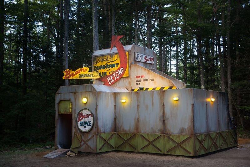 Лагерь труда и отдыха по-американски: дети построили в лесу межгалактическую станцию