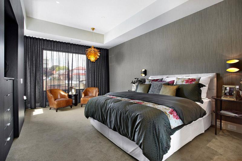 Серый, оранжевый и розовый в интерьере спальни