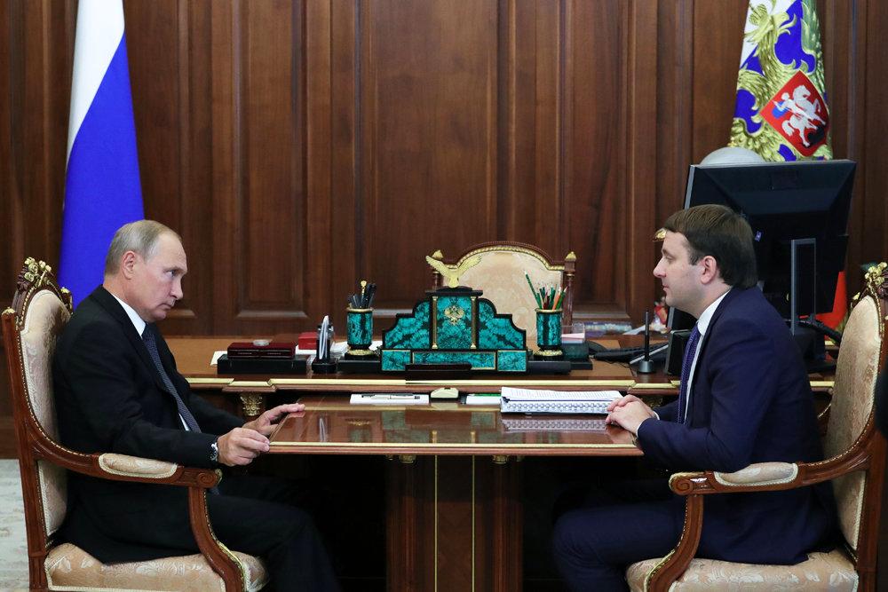 Путину рассказали об устойчивом рубле и росте зарплат