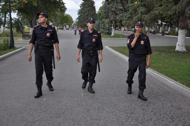 По улице хмуро топает патрул…