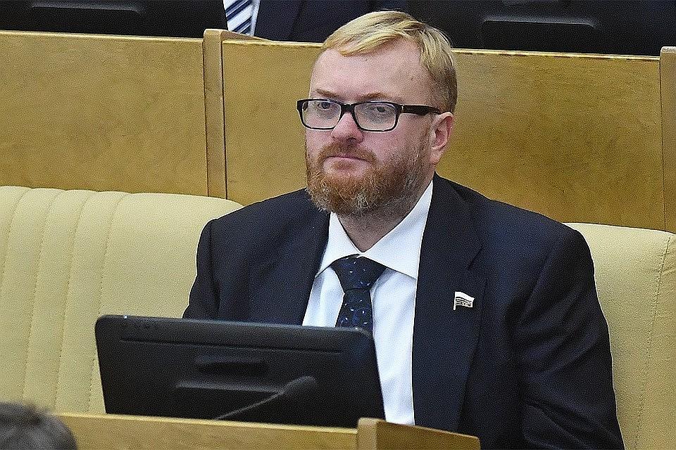 «Ты же псих! Вали домой!» Депутат Милонов пришел разогнать стояние за айфонами