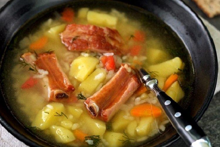 Суп с рисом и копчеными ребрышками
