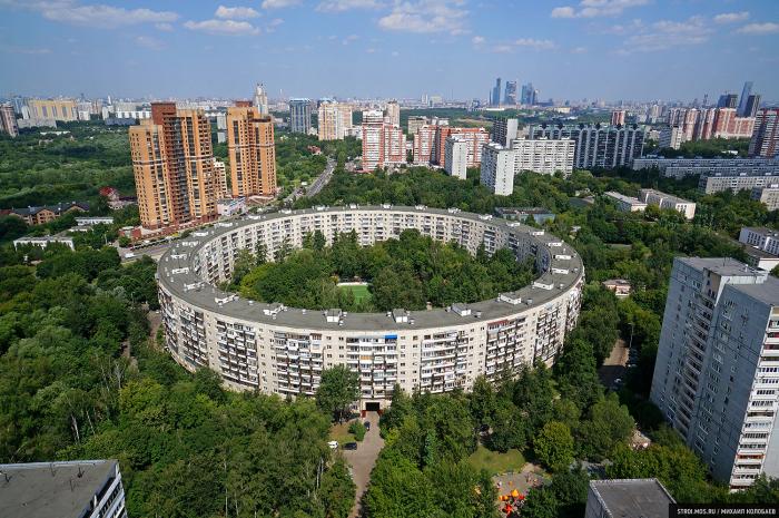 Так выглядит первый из возведенных круглых домов в наши дни. /Фото:stroi.mos.ru