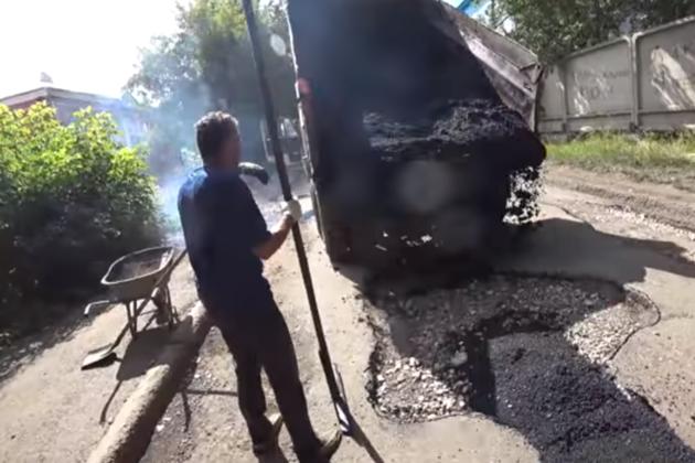 Ремонт дороги по-русски: красноярец отремонтировал дорогу за свой счет