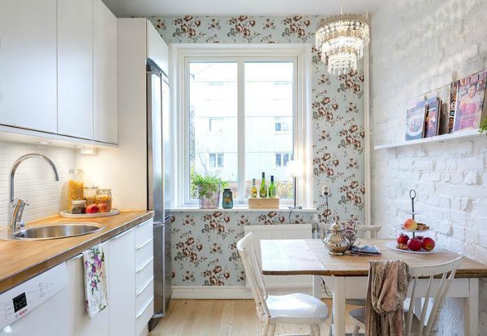 Уютная кухня с цветочными обоями.
