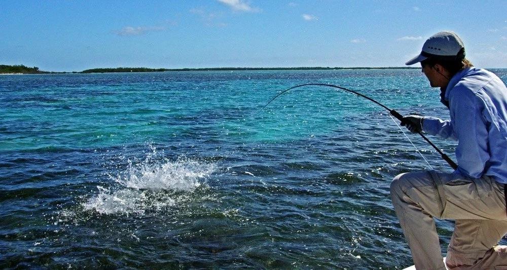 Морская рыба прыгнула в горло поцеловавшему ее рыбаку
