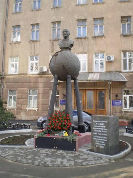 Самые странные памятники Ленину