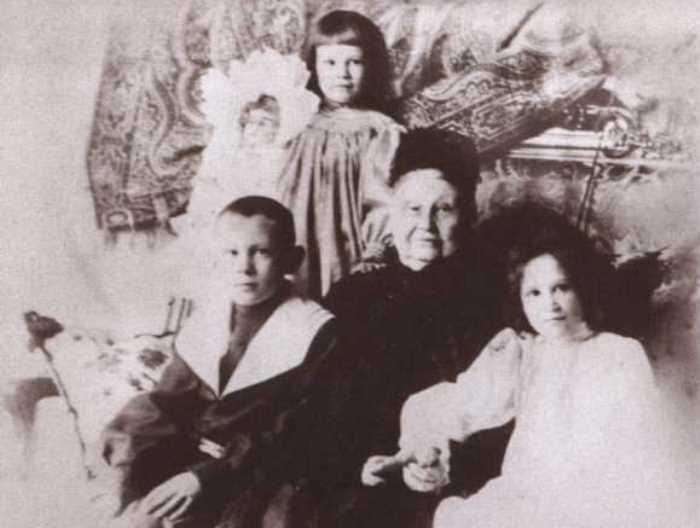 Дети промышленника Тимофей, Елена и Мария с бабушкой, Марией Федоровной Морозовой | Фото: coollib.xyz