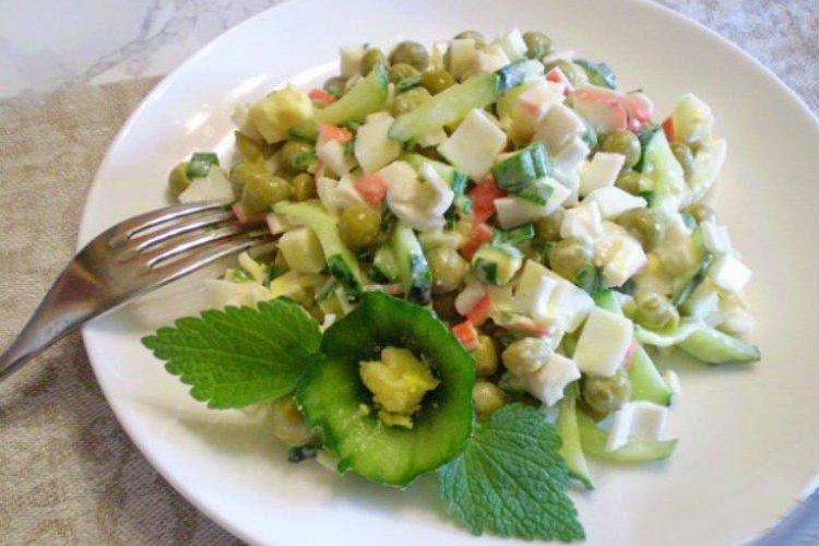 Крабовый салат с зеленым горошком
