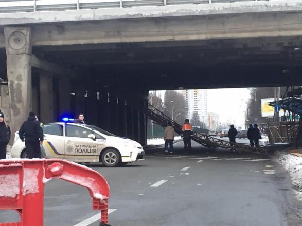 В Киеве обвалился мост на бульваре, переименованном в честь экс-президента Чехии