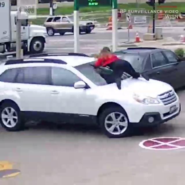 Девушка отбила свой автомобиль у угонщиков