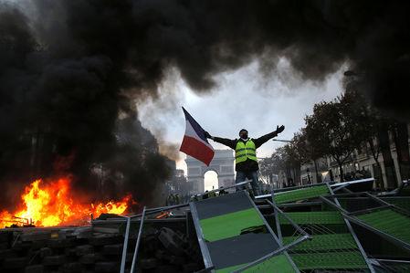 Как французы протестуют против роста цен на топливо: баррикады против водометов