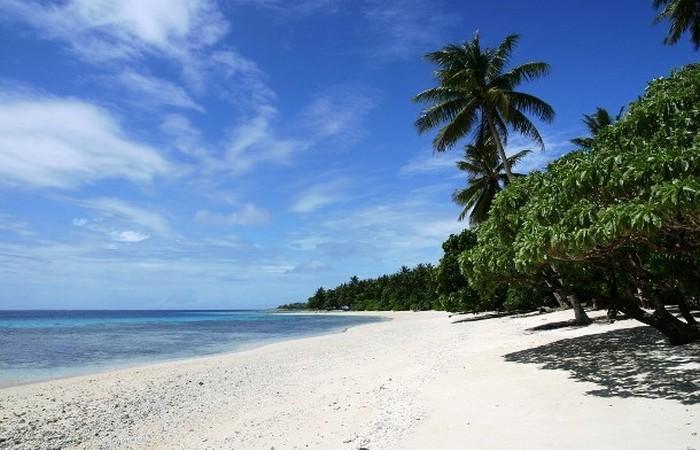 Лора - остров высотой в 3 метра.