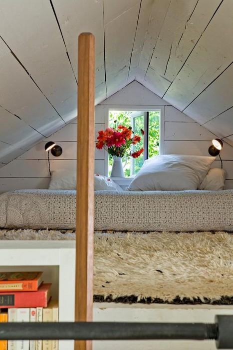 Кровать под единственным крошечным окном старого дома.