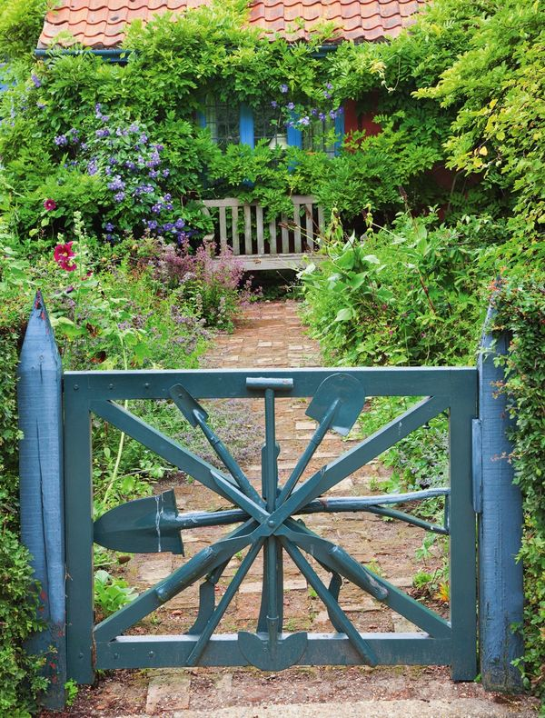 Декорируйте калитку старыми садовыми инструментами