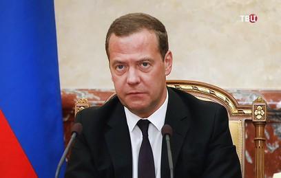 """Медведев поручил ответить на """"алюминиевые"""" пошлины США"""