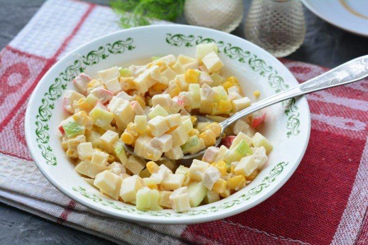 Крабовый салат с яблоками