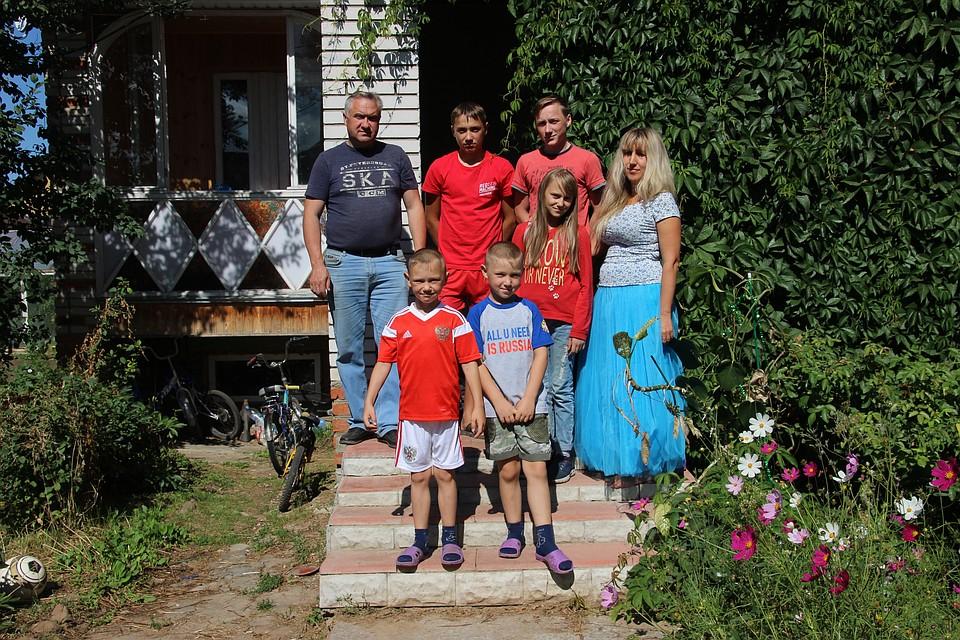 Семейство Антишиных на крыльце нового дома
