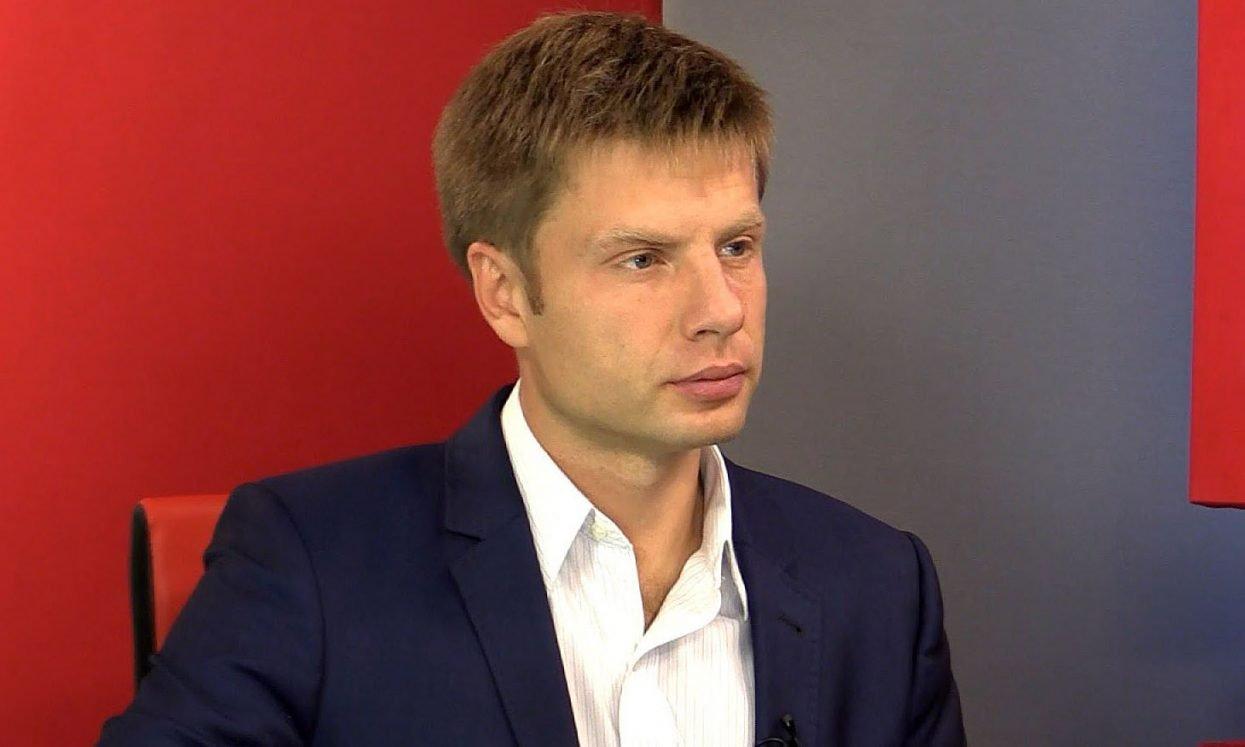 Депутата ВРУ Гончаренко закидали яйцами, а он изобразил радость: Хорошая маска для волос!