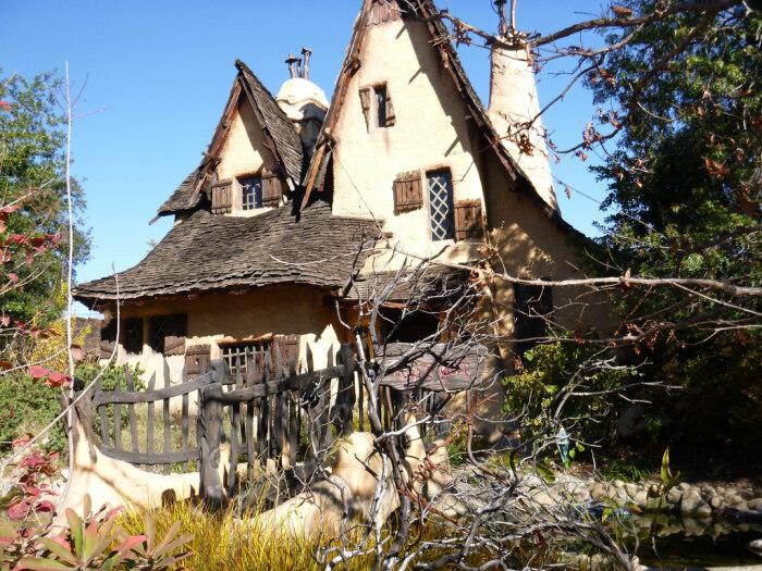 Оформление двора под стать необычному особняку-избушке The Witch's House (Беверли-Хиллз, Лос-Анджелес). | Фото: gatetoadventures.com.
