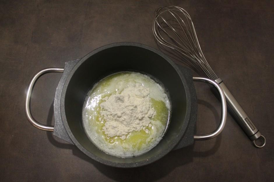 Мясной штрудель под соусом бешамель