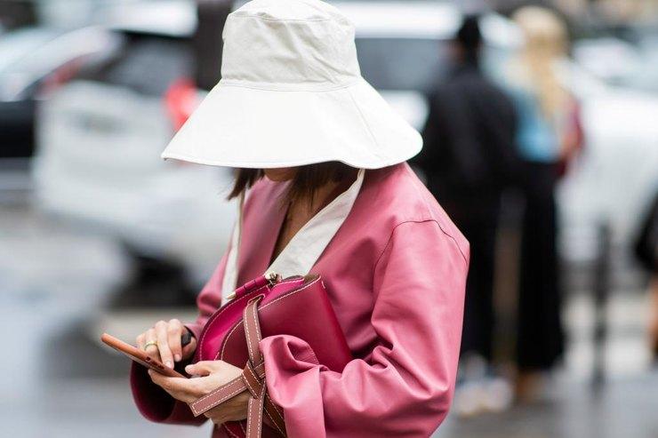 Из гардероба рыбаков на головы модниц: как носить панаму этой осенью