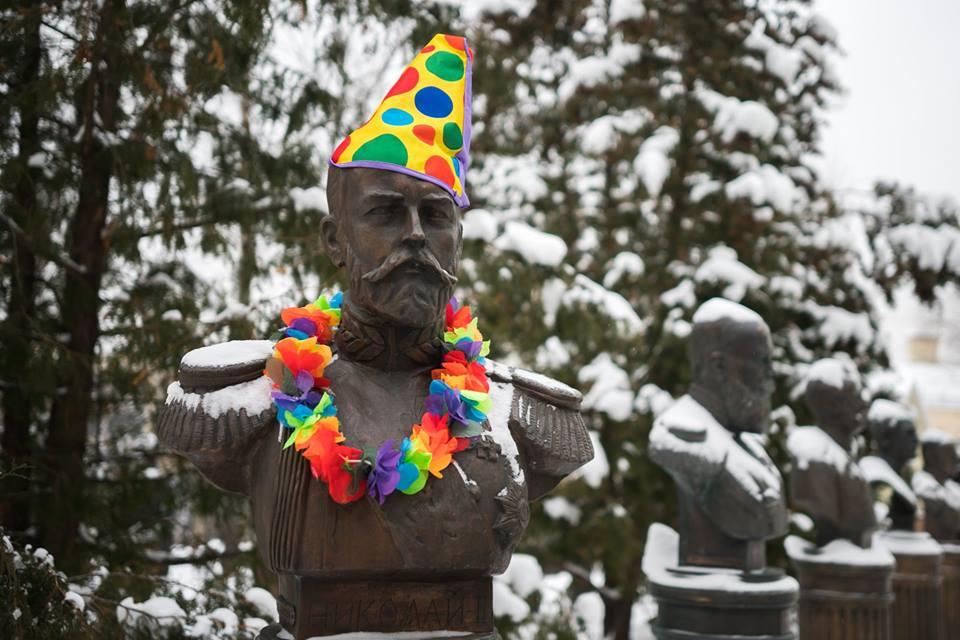 Московский депутат Люся Штейн нарядила бюсты Сталина и Николая II в клоунов (фото)