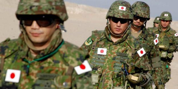 Япония готова развернуть армию в случае попадания ракет КНДР в воды страны