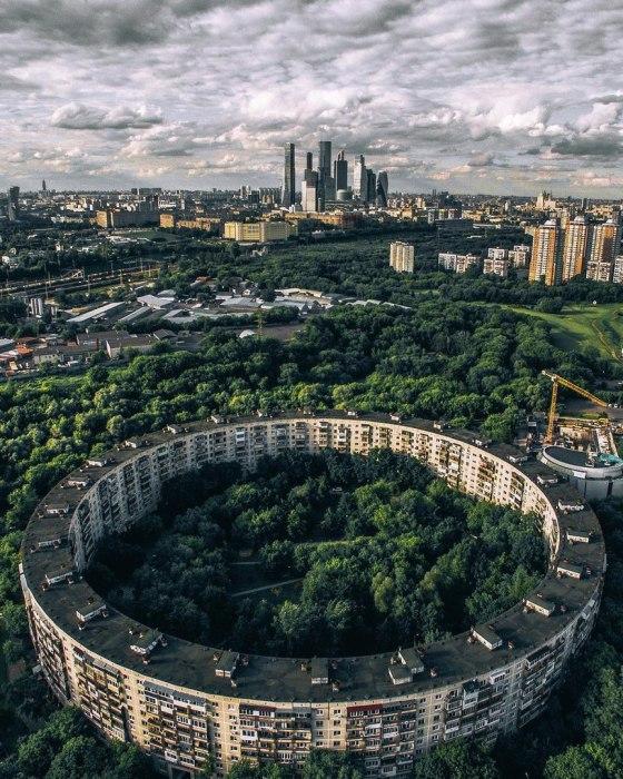 Странный дом-кольцо и Москва-Сити: словно две эпохи. /Фото:4lifemsk.ru