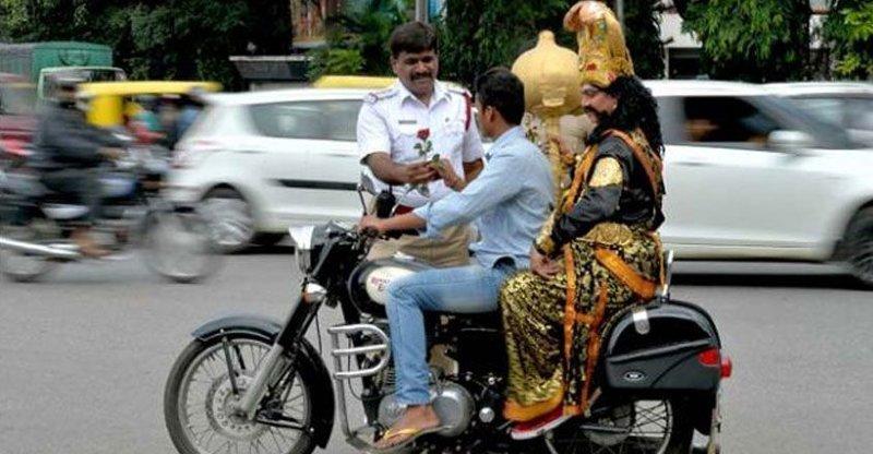 Чтобы мотоциклисты в Индии носили шлем, за ними бегает бог смерти