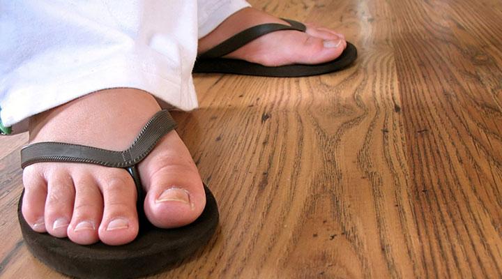 Шлепанцы таят в себе скрытую опасность. Вот почему врачи рекомендуют не носить их