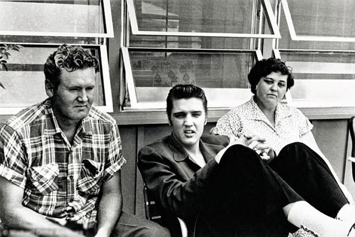 Элвис со своими родителями Глэдис и Верноном.