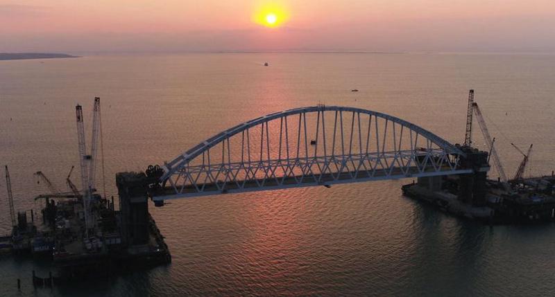 Крымский мост прямо сейчас. Установлена главная арка (фото, видео)