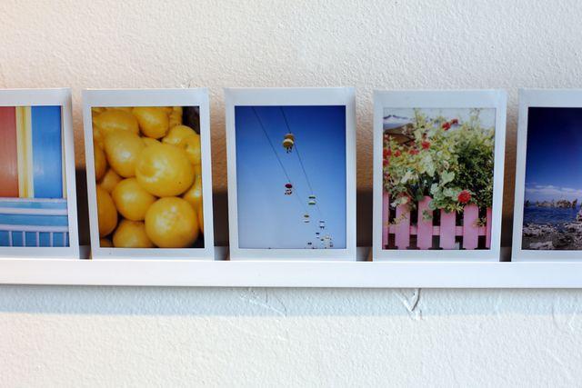 Как повесить фотографии на стену без гвоздей?