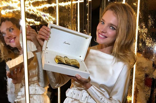 Наталья Водянова в элегантном белом платье отметила 10-летнее сотрудничество с парфюмерным брендом