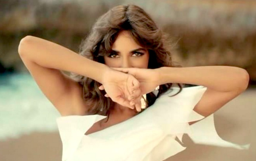 Яркие наряды и стройные ноги: Зара представила новый клип на песню «Мир вашему дому»