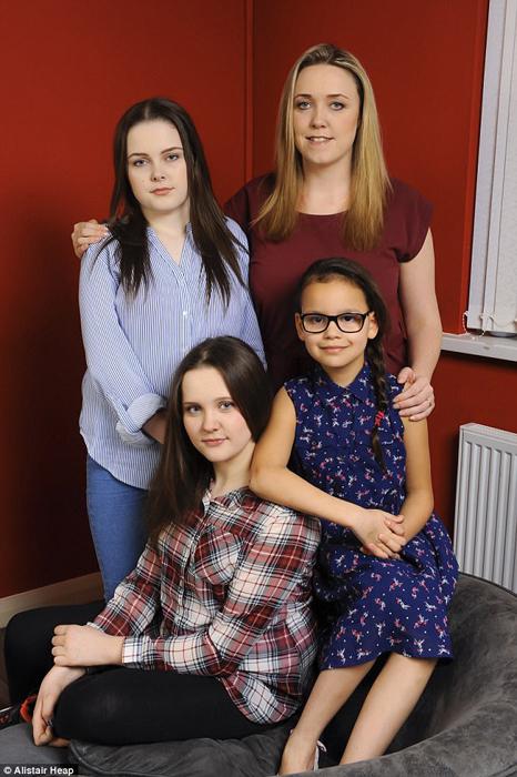 Саманта, София (15 лет), Элли (13 лет) и Тиана (8 лет).