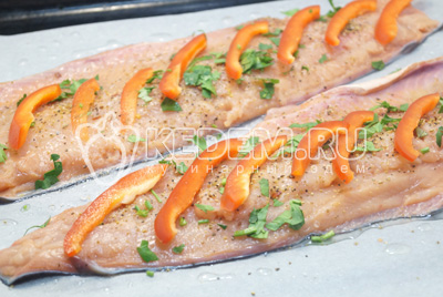 Добавить сверху мелко нарезанную зелень петрушки и ломтики болгарского перца.