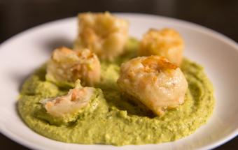Картофельные крокеты с лососем и сливочным кремом из зелёного горошка