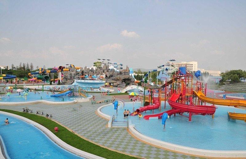 """Аквапарк """"Мунсу"""" расположен в живописном уголке с видом на горы в восточной части Пхеньяна и полон разноцветных водных горок Израиль, аквапарк, кндр, развлечения, северная корея, турист"""