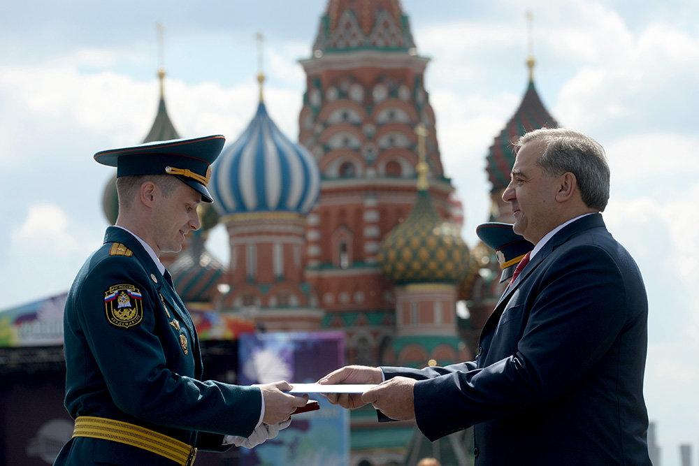 Выпускникам вузов МЧС вручили дипломы на Красной площади