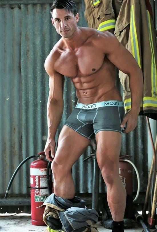 Австралийские пожарные в горячей фотосессии для календаря (13 фото)