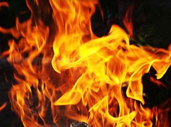Неизвестный сжег в Ленобласти иномарки местных бизнесменов