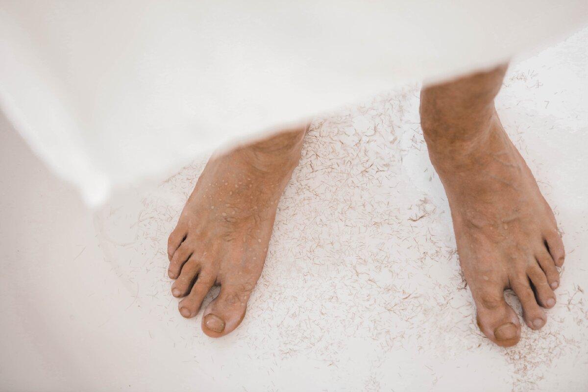 Как мужчины относятся к небритым ногам?
