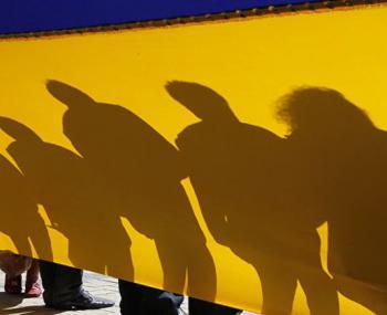 люди в тени флага в Киеве