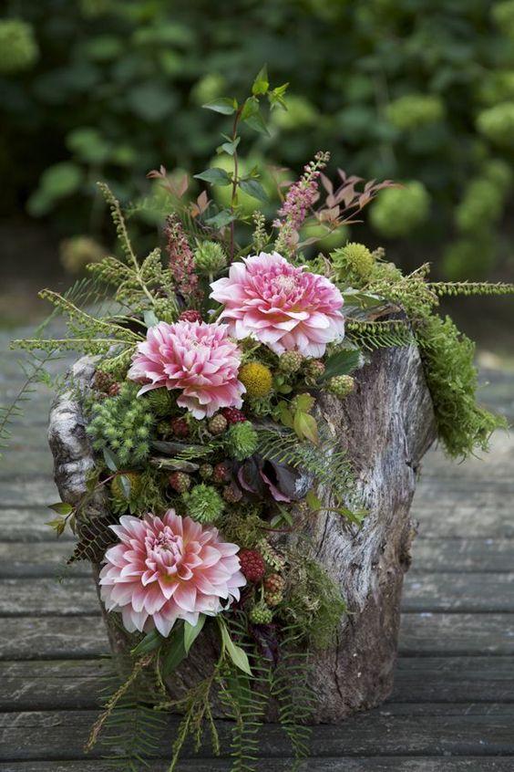 """Цветочные композиции: - """"кора, бревна и цветы"""""""