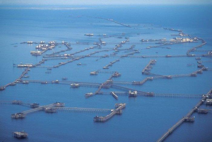 Нефтяные Камни – поселок на сваях посреди Каспийского моря