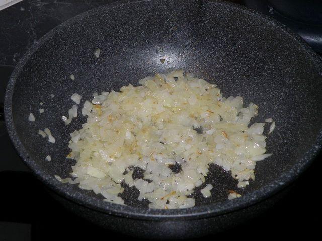 Лук слегка обжарился. пошаговое фото приготовления картофельной запеканки с фаршем